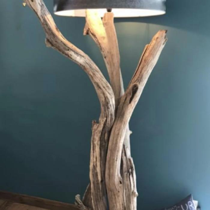 lampe 2 m posée fond bleu